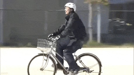 Японские каскадеры объяснили школьникам правила езды на велосипеде